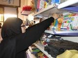 Cristina Paganini di Time4Life International consegna il materiale didattico raccolto presso le scuole italiane per i bambini della scuola di Huraitan - Aleppo (Siria)