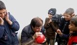 I palloncini quando scoppiano, diversamente dalle bombe, non fanno male. la paura per� di un scoppio c'� sempre... meglio otturarsi le orecchie! (Campo di Bab Al Salam, Siria - linea di confine)
