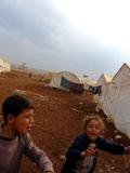 La vita in una tendopoli � molto difficile anche per un solo giorno, figuriamoci per pi� di 2 anni... (Campo di Bab Al Salam, Siria - linea di confine)