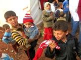 Questi bambini prima della guerra conducevano una vita normale, ora � molto difficile convincerli a lavarsi e i pidocchi sono dappertutto (Campo di Bab Al Salam, Siria - linea di confine)