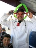 Il dottor Ali � un ottimo medico ed ha anche una grande capacit� comunicativa con i bambini del campo. Italo Cassa della Scuola di Pace (in arte Capitan Gioia) gli ha donato il suo naso rosso e gli occhialoni, ed ora � diventato Doctor Clown Ali. (Campo di Bab Al Salam, Siria - linea di confine)